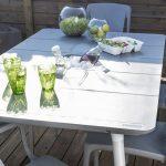 Jolie table design gris clair pour exterieur en plastique