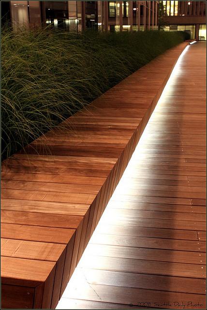 Luminaire exterieur en indirect sur allee en bois