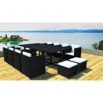 Mobilier exterieur en resine avec sa grande table 12 personnes ses 8 fauteuils et 4 tabourets avec coussins blancs