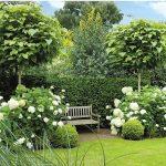 Petit banc jardin parfait pour un exterieur fleuri