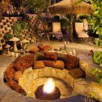 Petit brasero integre dans salon en pierre en cercle pour exterieur