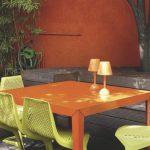Petite table de jardin design repeinte pour 4 places