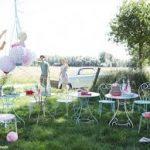 Petite table de jardin ronde avec ses chaises blanches en fer