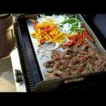 Plancha table legumes eminces et viande de canard grillee