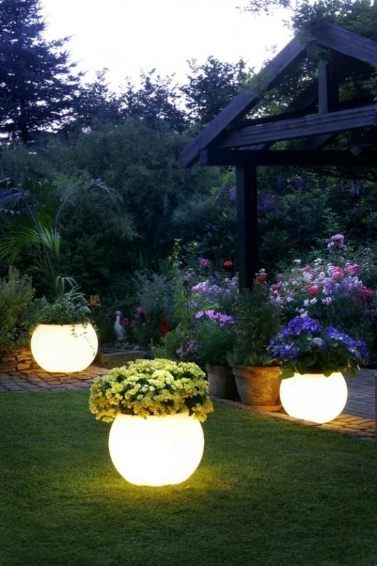 Pots boules pour eclairage exterieur avec plante sur le dessus