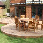 Salon de jardin avec table ronde en bois et ses 6 chaises