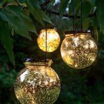 Suspension boules en verre dans arbre pour eclairage exterieur