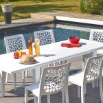 Table de jardin design blanche accent mis sur les chaises