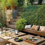 Table de jardin design en bois epure avec pieds en fer