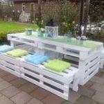 Table de jardin design en palette avec ses bancs