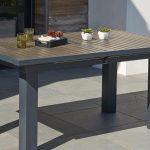 Table de jardin design en resine gris et imitation bois sur le dessus