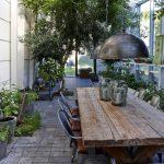 Table de jardin design industriel bois massif et chaises en fer
