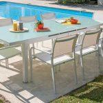 Table de jardin design table en verre et chaises blanches en fer