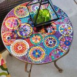 Table de jardin ronde avec mosaique bien coloree