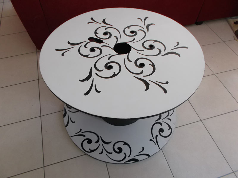 table de jardin ronde bobine avec arabesque noire sur fond blanc salon de jardins. Black Bedroom Furniture Sets. Home Design Ideas