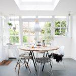 Table de jardin ronde bois avec ses chaises originales blanches