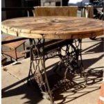 Table de jardin ronde en bois et ses deux pieds en fer forge