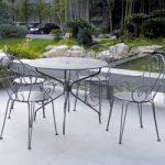 Table de jardin ronde grise en fer avec 4 chaises