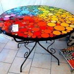 Table de jardin ronde personnalisee avec peinture tres coloree
