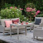 Table exterieure resine gris clair avec son mobilier de jardin fauteuils et chaises en resigne tressee