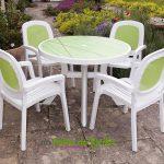 Table pour exterieur en plastique esprit british cottage avec couleur blanc et vert pastel