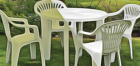 table ronde pour exterieur en plastique avec 4 chaises. Black Bedroom Furniture Sets. Home Design Ideas