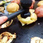 Ustensile pour ecraser les pommes de terre sur plancha electrique exterieur