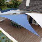 Voile d ombrage australienne tres resistante aux uv bleu clair bleu et blanc de forme triangulaire