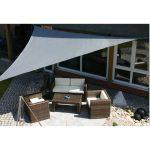 Voile triangulaire d ombrage grise sur salon de jardin en terrasse