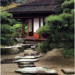 Admirez les vagues du sable de ce jardin japonais