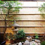 Jardin japonais sur fond de cloison de bambou
